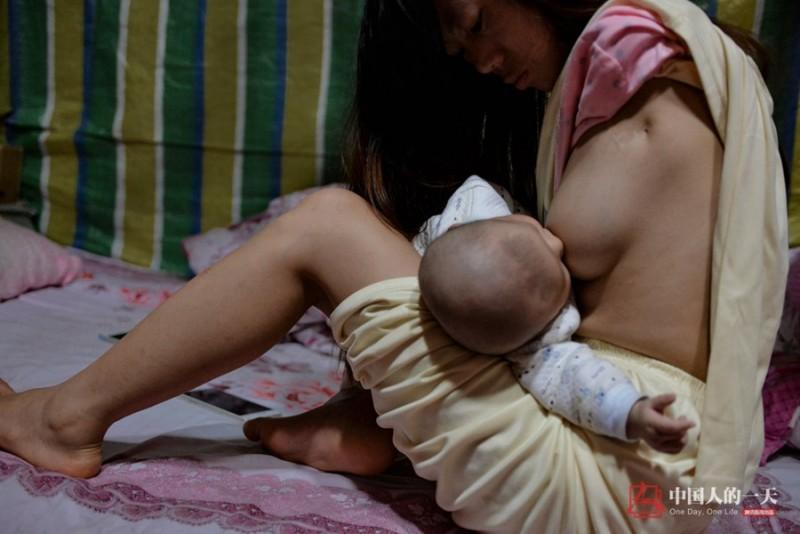 Không thể dùng tay ôm ấp nhưng bằng tất cả tình yêu thương, cô vẫn chăm sóc con, cho con bú một cách rất thuần thục giống bất cứ người phụ nữ nào khiến nhiều người không khỏi xúc động. Những bức ảnh về cách chăm con của cô Xiang Liping đã lan truyền trên mạng xã hội và nhận được sự đồng cảm của nhiều người.