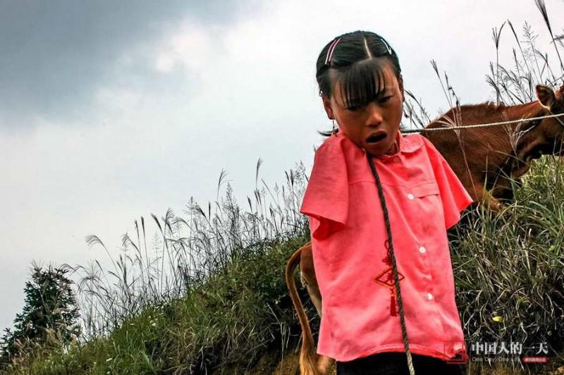 Tai nạn không thể quật ngã được cô gái bé bỏng này. Cô tìm được tuổi thơ êm đềm trong cái nghèo đói của làng quê cùng ông bà vì bố mẹ cô đã bỏ lên thành phố kiếm sống. Hàng ngày, cô đi Xiang đi chăn bò, gặt hái để kiếm thêm thu nhập cho gia đình.