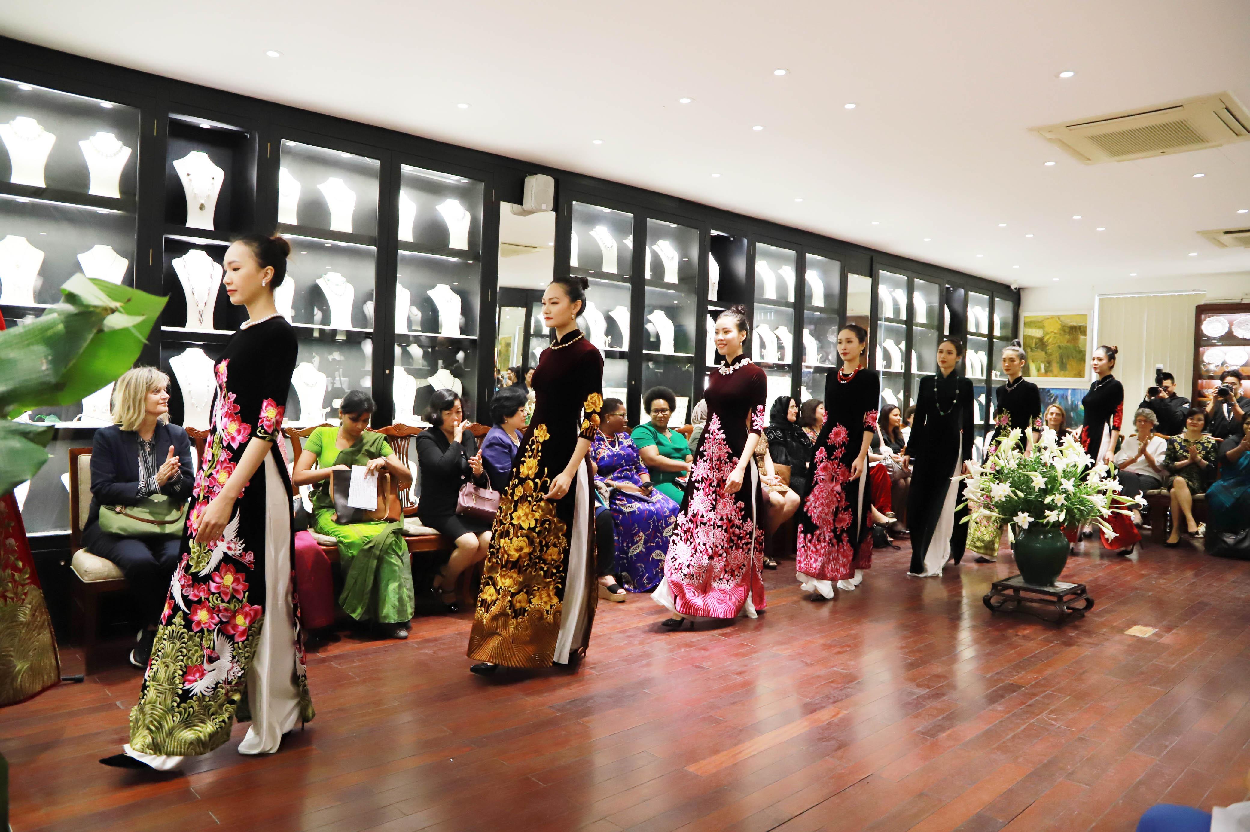Qua phần trình diễn áo dài kết hợp trang sức mới nhất, hai nhà thiết kế đã góp phần quảng bá các ngành thủ công tinh xảo vừa kết hợp truyền thống vừa mang hơi thở hiện đại của Việt Nam.