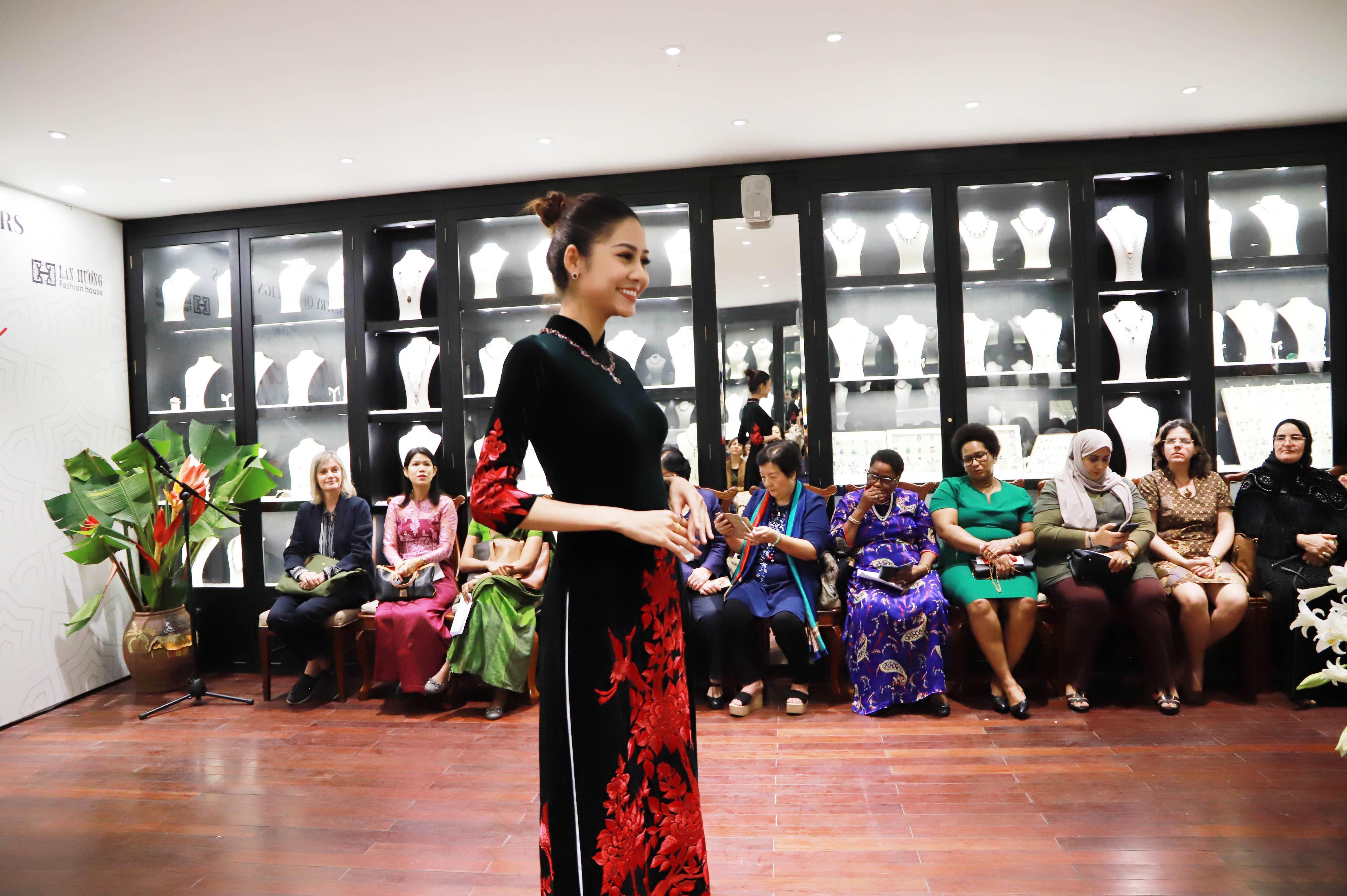 Buổi gặp mặt đã diễn ra trang trọng và thân tình, để lại ấn tượng sâu đậm về một Việt Nam hiện đại, giàu bản sắc văn hóa truyền thống, đang tiếp tục hội nhập quốc tế ngày càng sâu rộng và toàn diện.
