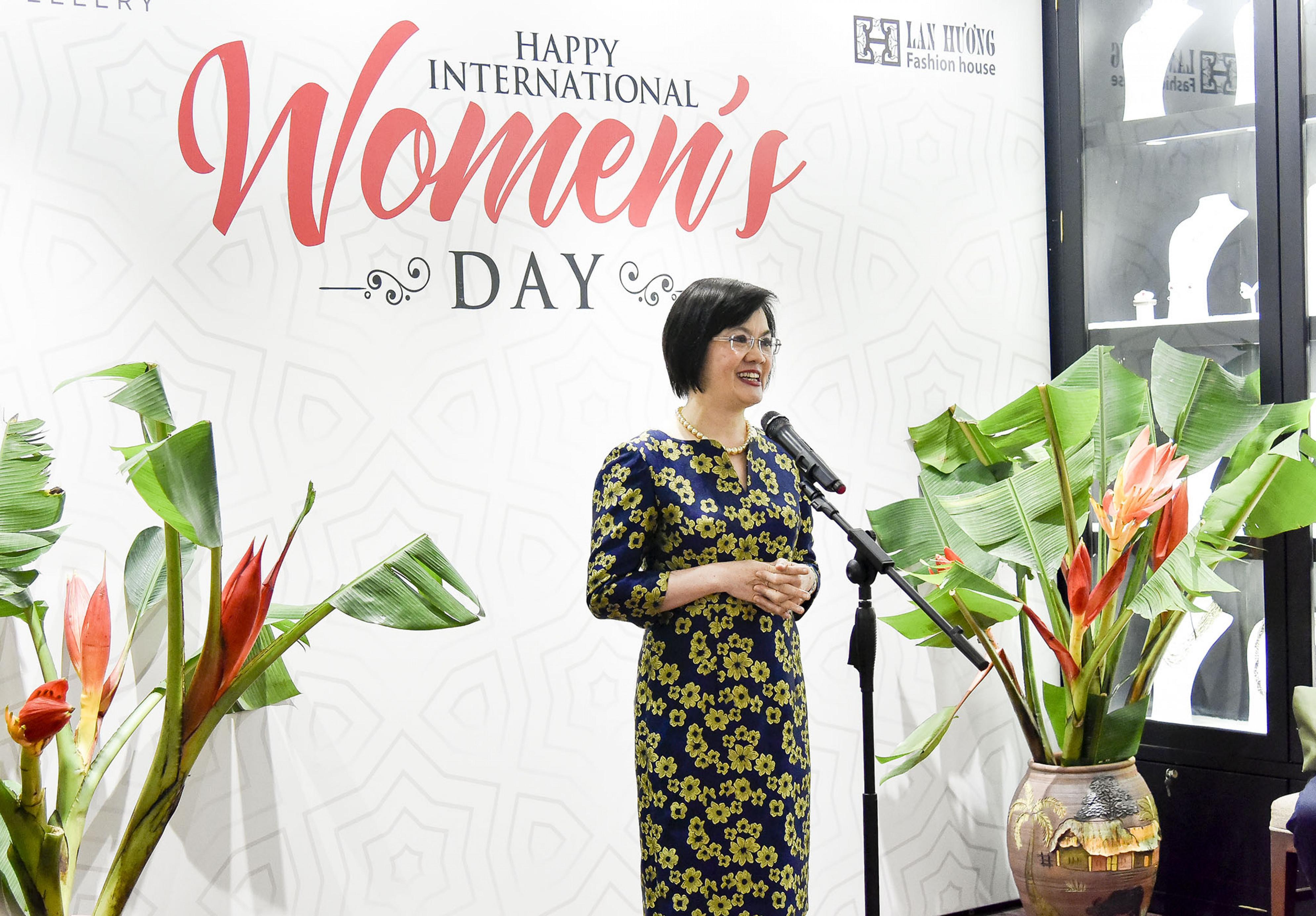 Phát biểu khai mạc buổi gặp mặt, Đại sứ Nguyễn Nguyệt Nga chúc mừng tất cả các chị em nhân dịp Ngày Quốc tế phụ nữ. Đại sứ đánh giá cao sáng kiến tổ chức sự kiện có ý nghĩa này, tạo thêm sự gắn kết, tình hữu nghị giữa các nhà ngoại giao nữ quốc tế và Việt Nam, tôn vinh vẻ đẹp trí tuệ và sức sáng tạo của người phụ nữ trong kỷ nguyên số và là dịp để bạn bè quốc tế hiểu thêm tinh hoa văn hóa, nghệ thuật tinh xảo của Việt Nam.
