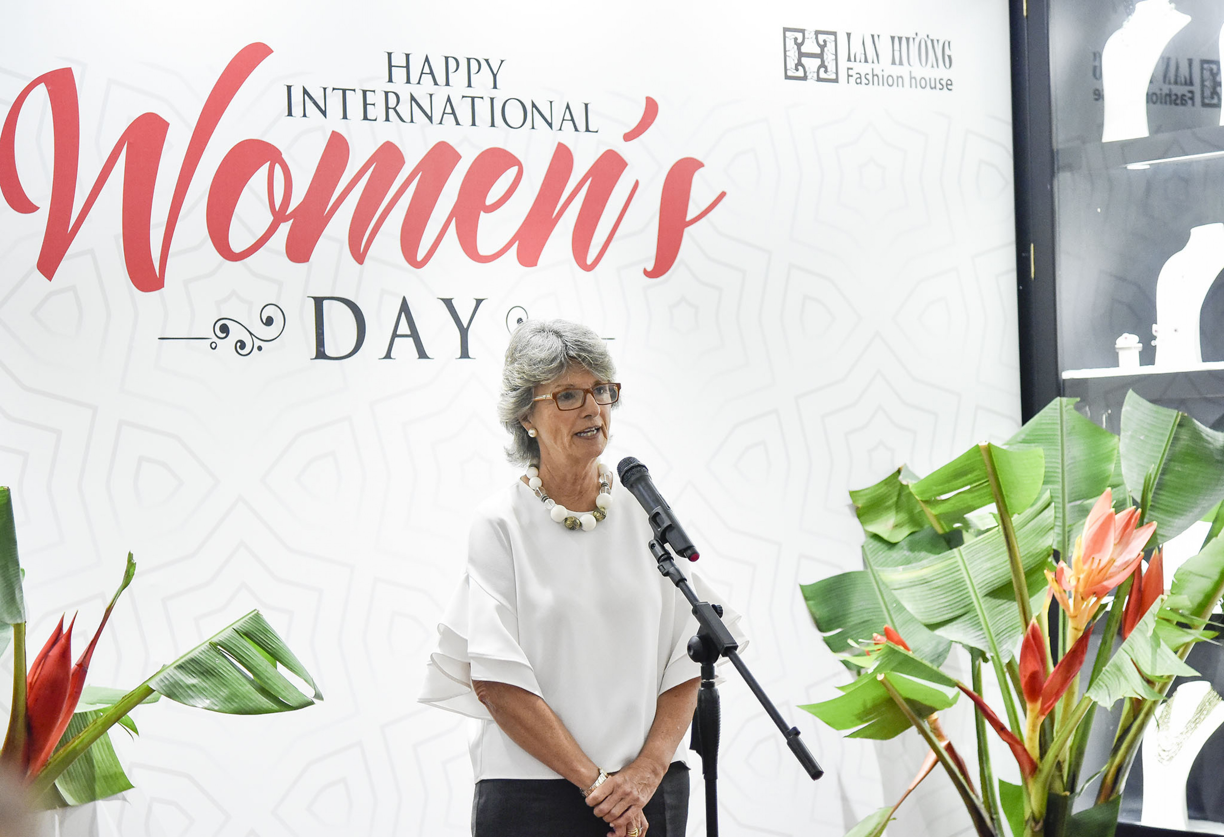 Trên cương vị Đồng chủ tịch Nhóm điều phối về bình đẳng giới, bà Maria Jesus Figa Lopez-Palop Đại sứ Tây Ban Nha tại Việt Nam đặc biệt hoan nghênh sáng kiến của Bộ Ngoại giao và Nhóm AWCH tổ chức buổi gặp mặt rất thân tình giúp thặt chặt tình cảm gắn bó giữa các cán bộ nữ làm công tác đối ngoại.