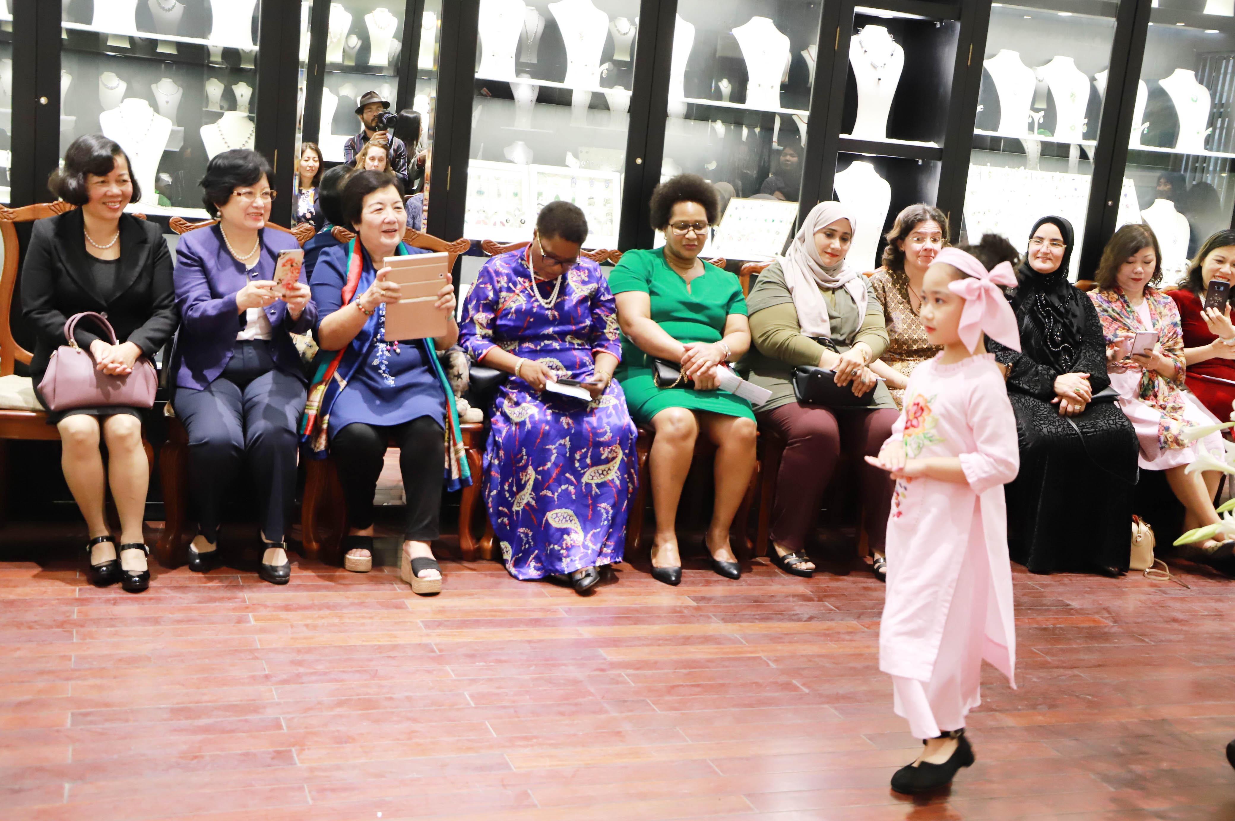 """Đã 20 năm làm nghề, bà mong muốn là cầu nối đưa hình ảnh áo dài Việt Nam từ những người phụ nữ Việt Nam cần mẫn đến phụ nữ thế giới với thông điệp: """"Những người phụ nữ Việt Nam chúng tôi tuy ở nông thôn hay thành thị, ở vùng cao hay ở miền xuôi đều có những đôi bàn tay khéo léo mang cuộc sống an nhiên vào điểm tô từng tác phẩm thời trang. Chúng tôi cố gắng bảo tồn, phát huy giá trị truyền thống của mỗi làng nghề bền vững hơn. Đó là những nhịp cầu du lịch làm bạn bè quốc tế, du khách yêu hơn đất nước Việt Nam""""."""