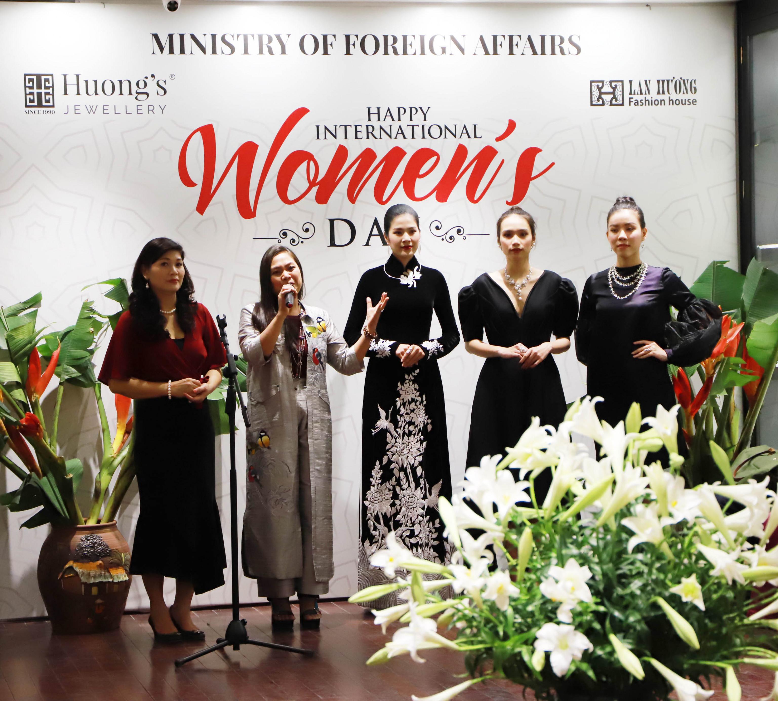 Nhân buổi gặp mặt, nhà Thiết kế trang sức Thu Hương và nhà thiết kế áo dài Lan Hương, đã giới thiệu tới bạn bè quốc tế nghệ thuật dệt lụa tơ tằm và chế tác trang sức ngọc trai thủ công của Việt Nam.