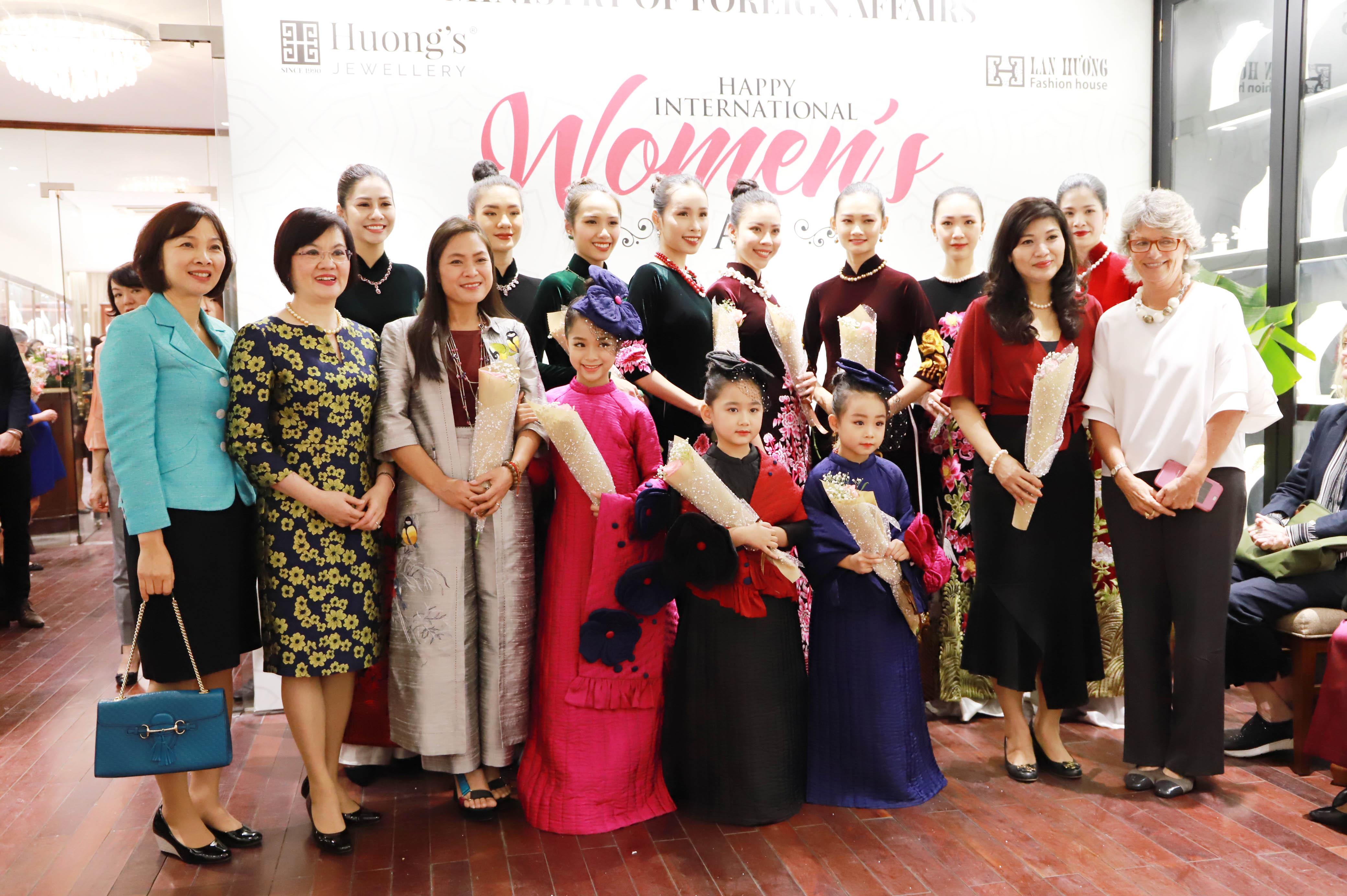 """""""Trong dư âm tháng 3 của Ngày Quốc tế phụ nữ, những phụ nữ hoạt động ngoại giao có dịp gắn kết sâu sắc hơn, cảm thông nhiều hơn. Đây cũng là dịp để chúng tôi học hỏi các chính sách bình đẳng giới của bạn bè quốc tế nhưng cần phải sáng tạo hơn trong thời đại công nghệ số. Qua đó, phụ nữ Việt Nam cần vươn lên, tự tin hơn, có năng lực thích ứng với sự thay đổi thế giới. Sự xuất hiện của hai nhà thiết kế đã đem cái đẹp từ các tác phẩm thời trang đến với bạn bè thế giới"""", Đại sứ Nguyệt Nga chia sẻ."""