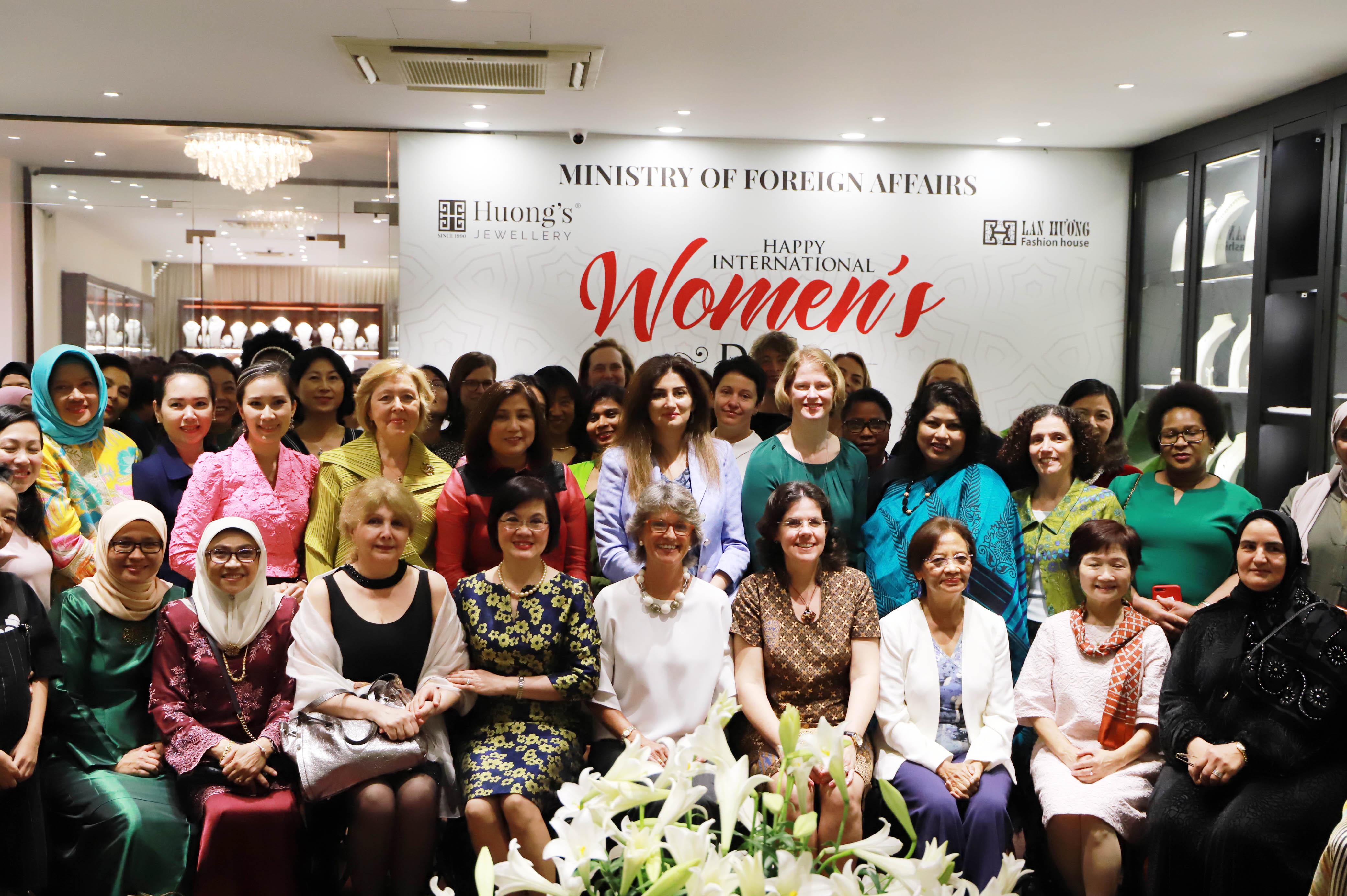 Ngày 29/3, Nhóm Phụ nữ cộng đồng ASEAN tại Hà Nội (AWCH) và Ban nữ công Bộ Ngoại giao đã phối hợp tổ chức buổi gặp mặt nhân dịp Ngày quốc tế phụ nữ, với sự tham gia của đông đảo nữ Đại sứ, Đại biện, Trưởng các Tổ chức quốc tế, các Phu nhân Đại sứ, nữ cán bộ ngoại giao các nước và các tổ chức quốc tế đang làm việc tại Hà Nội, cùng các nữ Đại sứ và lãnh đạo các đơn vị chủ chốt của Bộ Ngoại giao. Đại sứ Nguyễn Nguyệt Nga, Phu nhân Phó Thủ tướng, Bộ trưởng Phạm Bình Minh, Chủ tịch danh dự Nhóm AWCH đã chủ trì buổi gặp mặt.