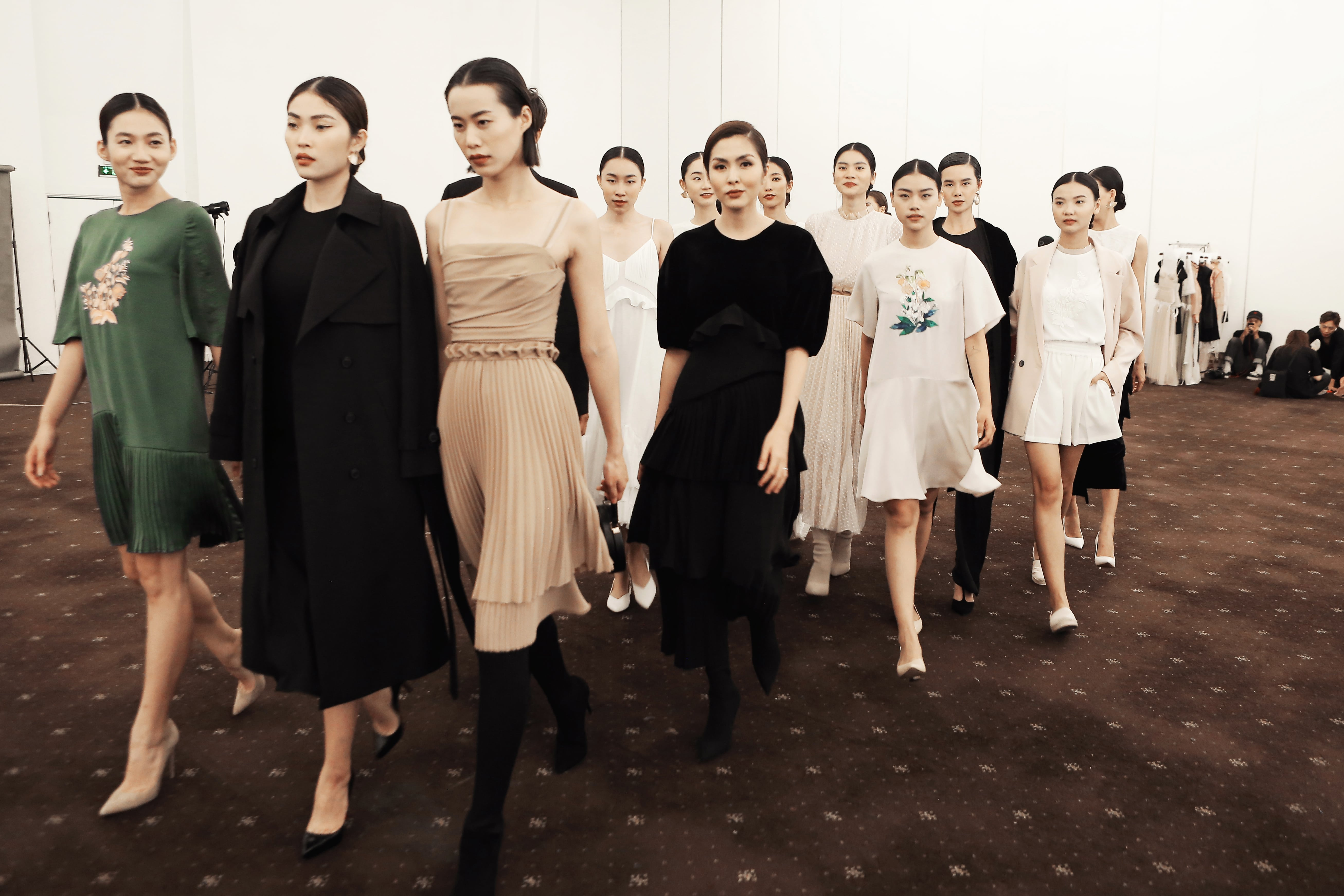 Tối 11/12, đêm runway show của ELLE Fashion Journey 2018 đã diễn ra tại Tp.HCM, thu hút sự quan tâm đặc biệt của giới yêu thời trang và các NTK, nghệ sĩ nổi tiếng trong nước. Tăng Thanh Hà là 1 trong 6 nhà thiết kế giới thiệu BST mới nhất xoay quanh chủ đề Thời trang cho tương lai.