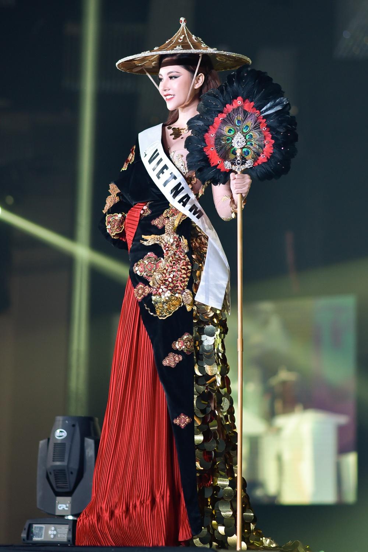 Đại diện Việt Nam cá tính trong phần thi trang phục dân tộc. Nguyễn Mỹ Huyền sinh năm 1999, là cựu vận động viên bóng chuyền của tỉnh Bạc Liêu