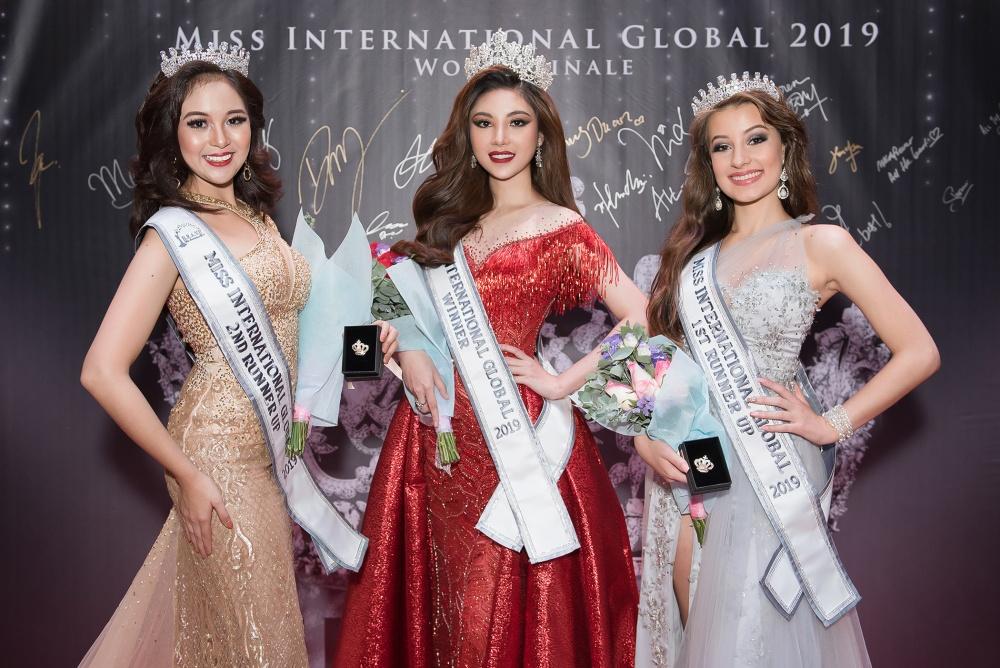 Nguyễn Mỹ Huyền cũng là người đẹp đầu tiên mang về vương miện hoa hậu quốc tế cho nhan sắc Việt trong năm 2019. Á hậu 1 là người đẹp Nam Phi, còn đại diện Philippines nhận danh hiệu Á hậu 2.