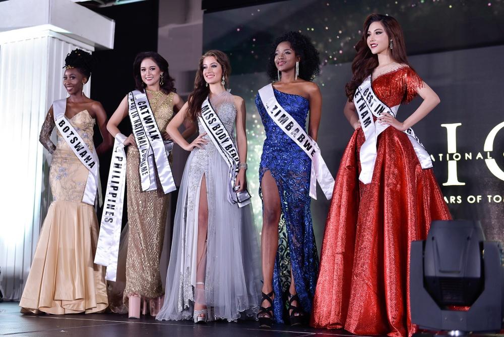 Mỹ Huyền được xướng tên vào Top 5 cùng các thí sinh đến từ Boswana, Philippines, Nam Phi, Zimbabwe.