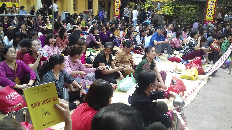 14h ngày 18.2 (tức 14 tháng Giêng), hàng trăm người dân đã có mặt giữ chỗ để dự lễ Cầu An tại chùa Phúc Khánh (quận Đống Đa, Hà Nội).
