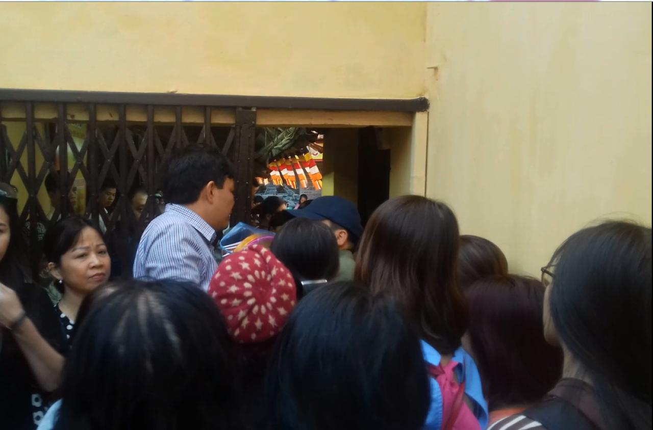 Đến 17h chiều, BTC phải đóng cửa ra vào sân chùa do lượng người đã ngồi chật kín bên trong.