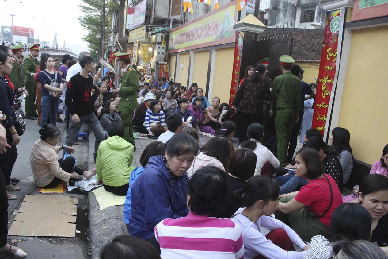 Từng hàng dài người ngồi la liệt xung quanh khu vực chùa