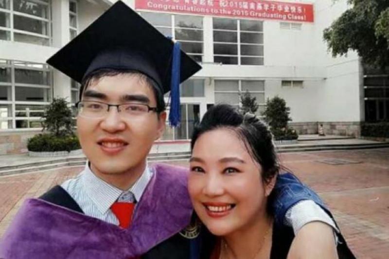 Sau 2 năm làm việc, Ding Zheng đã tiếp tục học nâng cao và đăng ký vào khóa cao học đại học Harvard (Mỹ) năm 2016.  Học xa nhà, anh Ding luôn nhớ đến người mẹ hiền nơi quê nhà thường Kinh Châu, tỉnh Hồ Bắc (Trung Quốc). Với anh, mẹ là