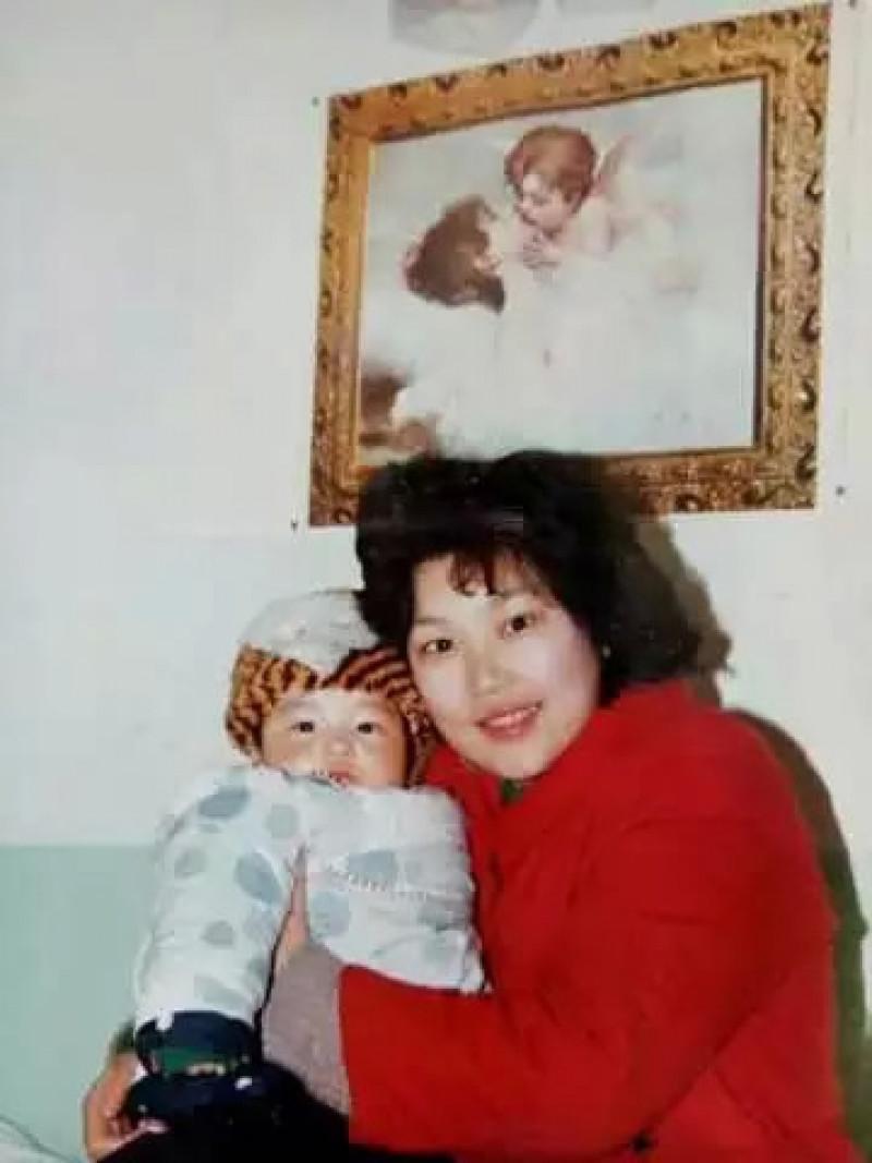 Ngay cả chồng bà Hongyan cũng nói rằng Ding sẽ là gánh nặng suốt đời cho cả gia đình và nếu giữ Ding thì vợ chồng ông sẽ ly hôn. Vì cứu con, bà Hongyan đồng thuận ly hôn và lăn lộn đủ nghề kiếm tiền chạy chữa cho con. Bà vừa làm ở trường cao đẳng Vũ Hán vừa đi bán bảo hiểm, đào tạo lễ tân… Không có việc gì mà không làm chỉ để nuôi con nên người.