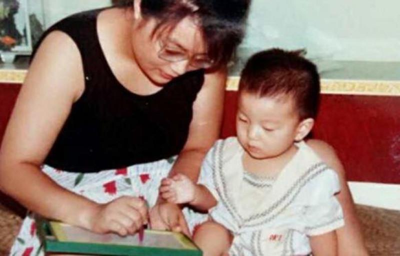 Bà Hongyan luôn khắt khe áp dụng mọi biện pháp nuôi dạy và đưa ra quyết tâm ngay từ đầu rằng con trai của mình sẽ phải học cách khắc phục những khuyết điểm càng nhiều càng tốt. Vì Ding có vấn đề trong việc phối hợp động tác tay và thấy khó khăn khi sử dụng đũa, bà bắt con tập đi tập lại cho đến lúc sử dụng đũa thuần thục. Theo bà Hongyan, nếu không dùng đũa, mỗi lần ăn cơm với những người khác, Ding sẽ phải giải thích vì sao anh không thể sử dụng đũa.