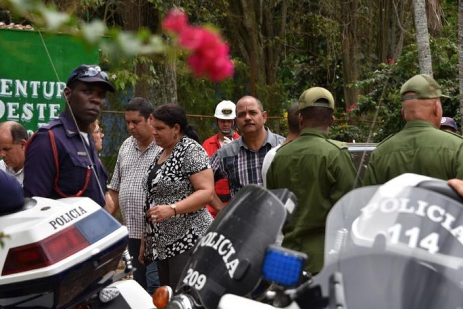Bà Mercedes Lopez Acea (ở giữa) - Bí thư thứ nhất đảng Cộng sản Cuba đến hiện trường tai nạn.