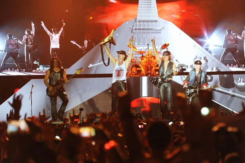 Hơn 10 nghìn khán giả có mặt tại Hoàng thành Thăng Long đã bị cuốn theo những giai điệu rock từ hoang dại, cuồng nhiệt đến ngọt ngào, sâu lắng của Scorpions