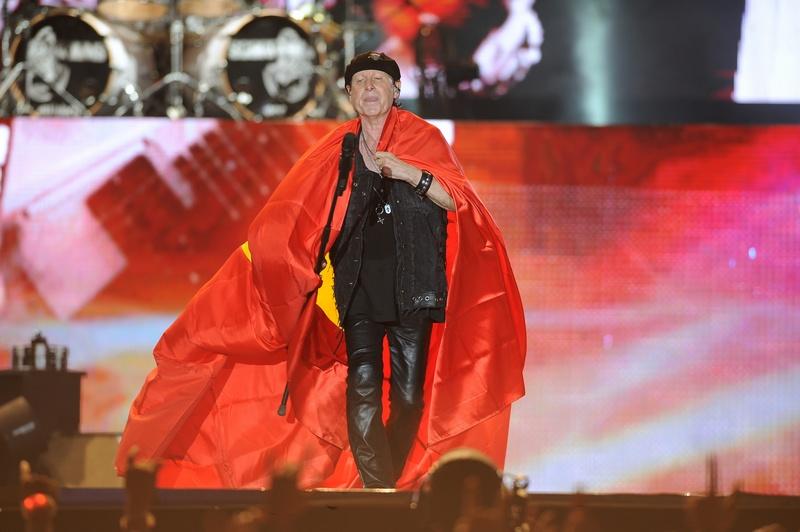 Đặc biệt, khán đài như vỡ òa khi Klaus Meine khoác lên mình là Quốc kỳ Việt Nam