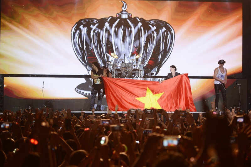 Các thành viên của ban nhạc thậm chí còn hát một đoạn ngắn trong bài Quốc ca Việt Nam