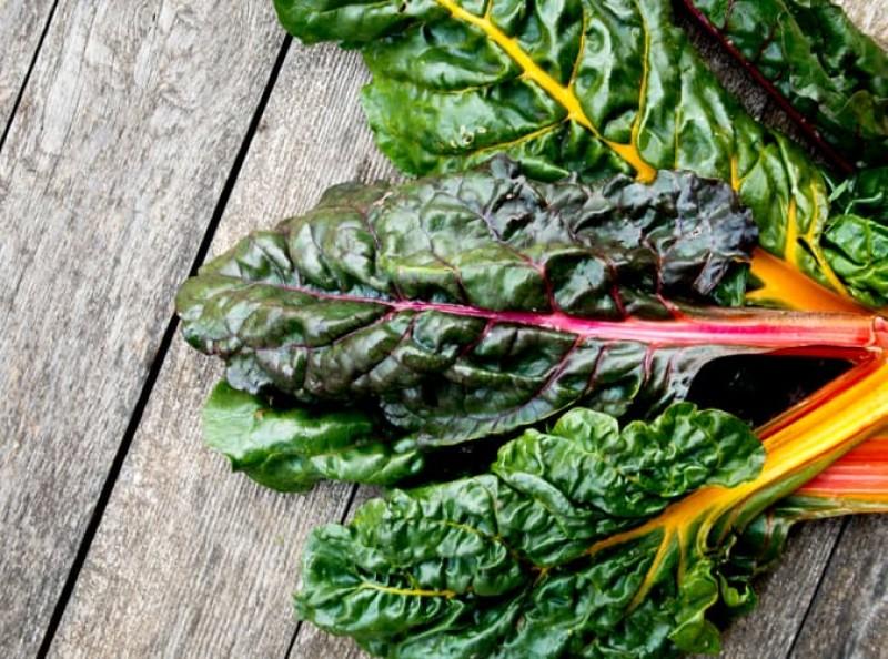 Củ cải Thụy Sĩ là thực phẩm giúp duy trì cân bằng nội tiết tố, đồng thời là một nguồn cung cấp sắt, canxi, folate và vitamin B, C, E và K.