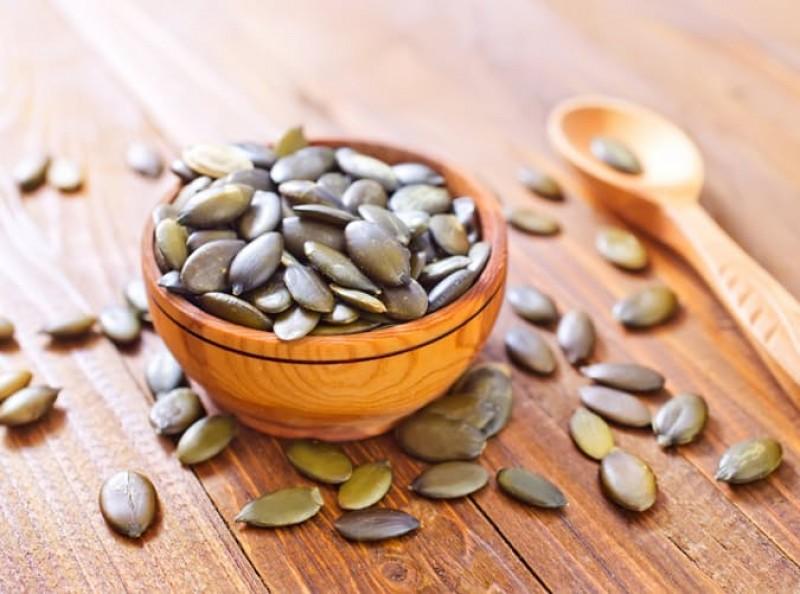 Tương tự như sô cô la, hạt bí ngô là một nguồn cung cấp tryptophan tuyệt vời - một loại axit amin giúp điều tiết tâm trạng.