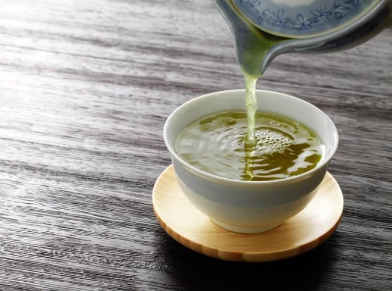 Bạn có lẽ nên uống thêm trà xanh vì trong đó có cả tấn chất chống oxy hóa, hợp chất cải thiện chức năng não, tăng trao đổi chất và đốt cháy chất béo.