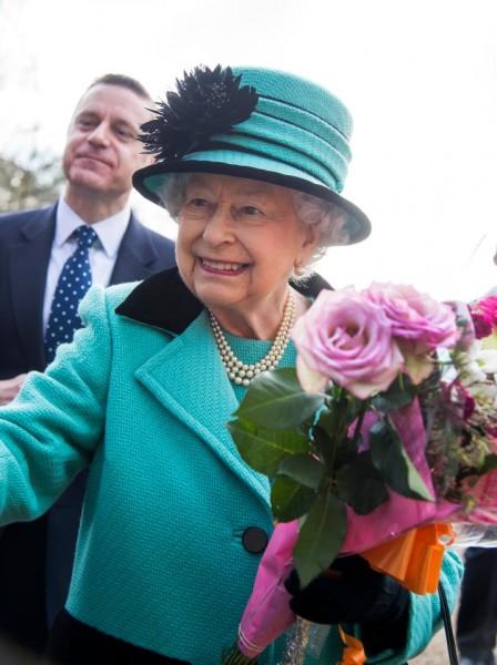 Trong ngày kỷ niệm 65 năm trị vì (Sapphire Jubilee), nữ hoàng Anh đã xuất hiện rạng ngời tại một nhà thờ ở Sandringham trong bộ trang phục màu xanh Sapphire.