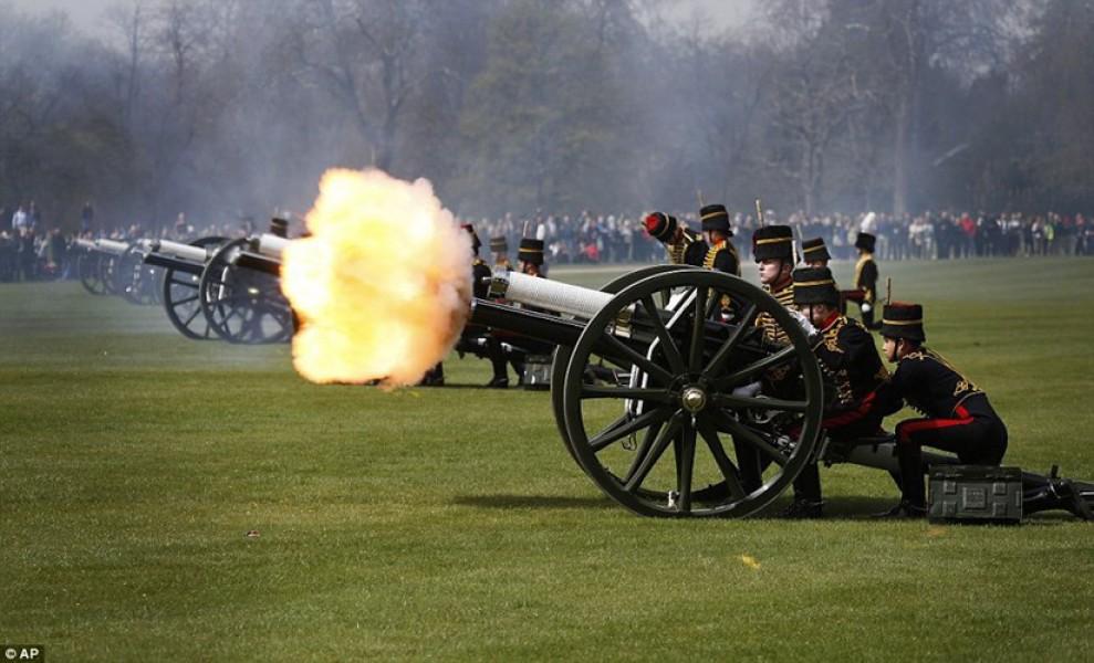 Tại thủ đô Anh, 89 con ngựa kéo 6 khẩu pháo từ thời Thế chiến I tới công viên Green Park để bắn 41 phát đại bác nhân ngày kỷ niệm trọng đại.
