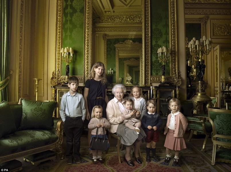 Vào dịp mừng sinh nhật thứ 90 năm ngoái, Nữ hoàng Elizabeth II đã cùng đại gia đình thực hiện bộ ảnh kỷ niệm. Trong ảnh, Nữ hoàng đang bế trên tay Công chúa Charlotte, đứng cạnh là Hoàng tử George và các thành viên trẻ tuổi trong đại gia đình Hoàng gia Anh.