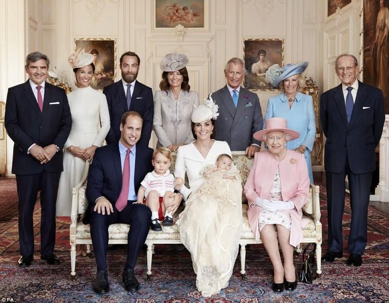 Nữ hoàng Anh chụp ảnh cùng cả gia đình trong Lễ Rửa tội của công chúa Charlotte, con gái thứ hai của Hoàng tử William, tổ chức tại nhà thờ St Mary Magdalene trong khu đất Sandringham, hạt Norfolk vào ngày 5/7/2015.