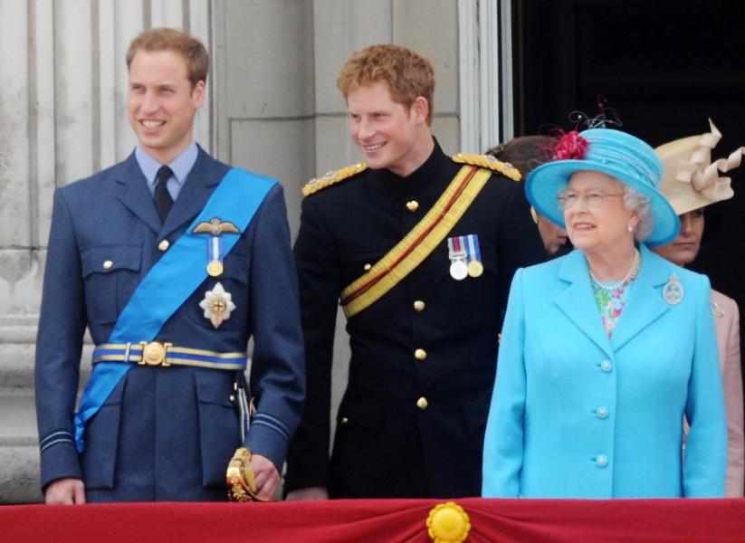 Khoảnh khắc Nữ hoàng bên Hoàng tử William và Hoàng tử Harry trên ban công của Cung điện Buckingham.