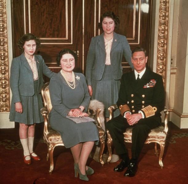 """Trong ảnh là Công chúa Margaret, Nữ hoàng Elizabeth, Công chúa Elizabeth (Hiện là Nữ hoàng Anh Elizabeth II) và Vua George VI chụp ảnh kỷ niệm năm 1942. Nữ hoàng Elizabeth từng chia sẻ: """"Cha tôi đã qua đời khi còn quá trẻ. Vì vậy, tất cả mọi việc đến quá đột ngột khiến tôi phải cố gắng hết sức để hoàn thành trọng trách một cách tốt nhất. Tôi đã chấp nhận thực tế rằng đó là số phận của mình""""."""