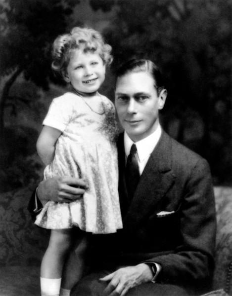 Vào ngày 6/2/1952, ở tuổi 25, khi đang hạnh phúc bên chồng và hai người con nhỏ, nữ hoàng Elizabeth đã nhận được tin dữ: Vua George VI (cha của bà) qua đời ở tuổi 56. Bức ảnh trên được chụp vào năm 1930, khi đó, nữ hoàng vẫn là cô công chúa nhỏ bên cạnh Đức vua George VI.