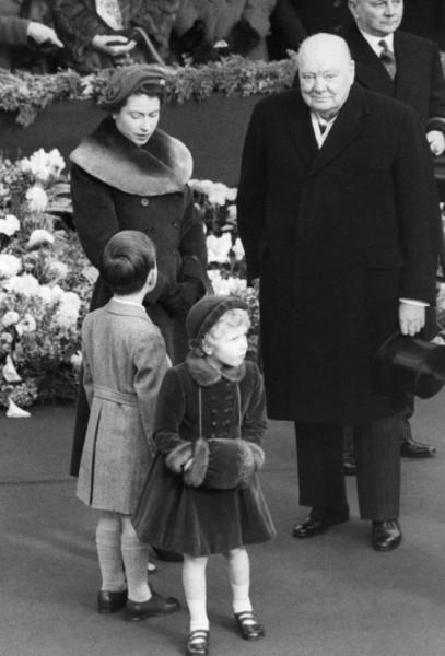 Nữ hoàng Elizabeth bên Hoàng tử Charles, công chúa Anne và Thủ tướng Anh đương nhiệm lúc bấy giờ Winston Churchill vào năm 1954.