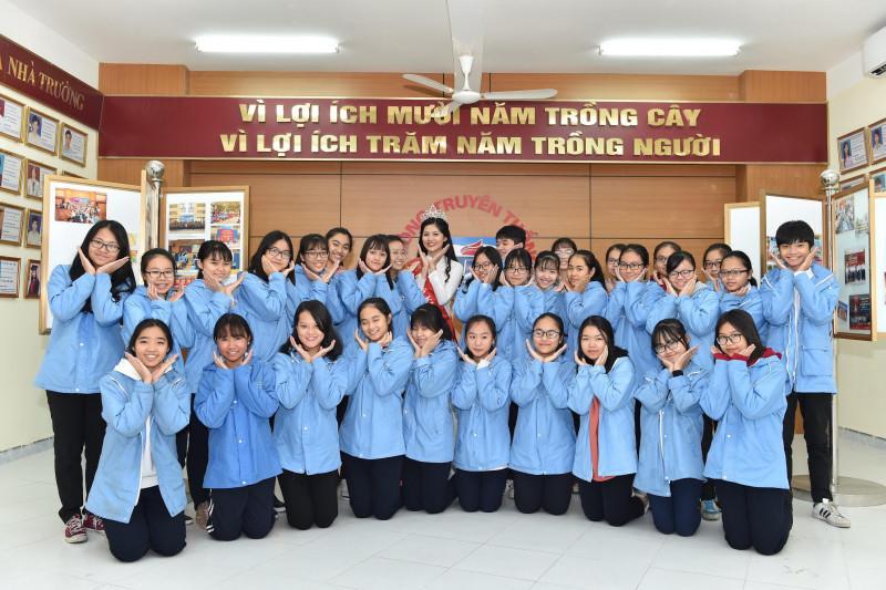Người đẹp đăng quang ngôi vị cao nhất Hoa khôi Phụ nữ Việt Nam qua ảnh - Miss Photo 2017 đã có buổi gặp mặt thân tình với thầy cô cùng các em học sinh  trường THPT Chuyên Trần Phú Hải Phòng.