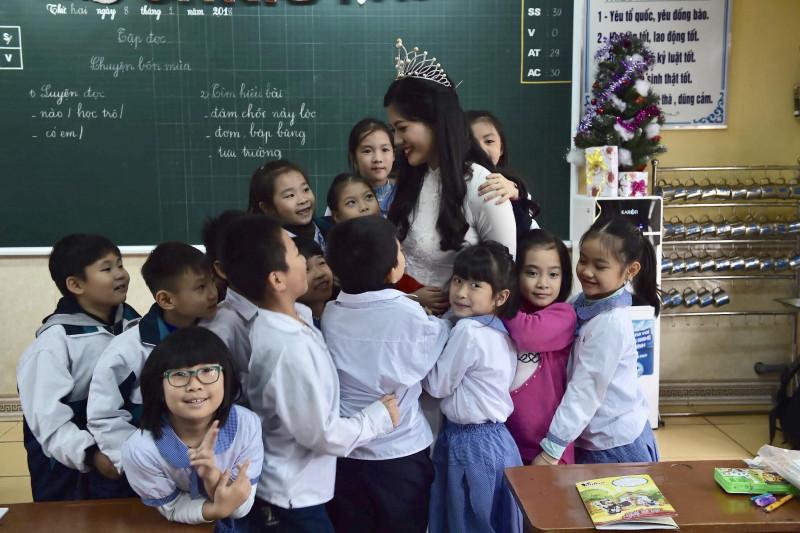 Đây là ngôi trường gắn bó 9 năm với Hoa khôi và cũng là nơi hình thành cho Hương Giang ý thức về trách nhiệm cộng đồng thông qua các hoạt động từ thiện, ngoại khóa trong trường.