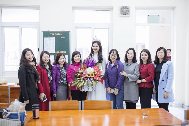 Trong chuyến về thăm các ngôi trường cũ gắn bó với tuổi học trò của mình, Hoa khôi Vũ Hương Giang nhận được tình cảm nồng nhiệt của các em học sinh và nhận được lời chúc mừng, động viên, dặn dò từ phía thầy cô khi chuẩn bị bước vào hành trình mới.