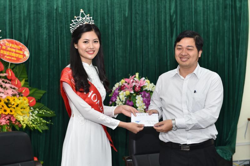 Tại đây, Vũ Hương Giang đã trao tặng quỹ khuyến học của nhà trường 5 triệu đồng để góp phần khuyến khích các em học sinh trong học tập.