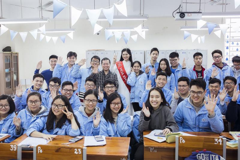 Hương Giang nhận được sự đón tiếp nồng hậu từ thầy cô và các em học sinh.