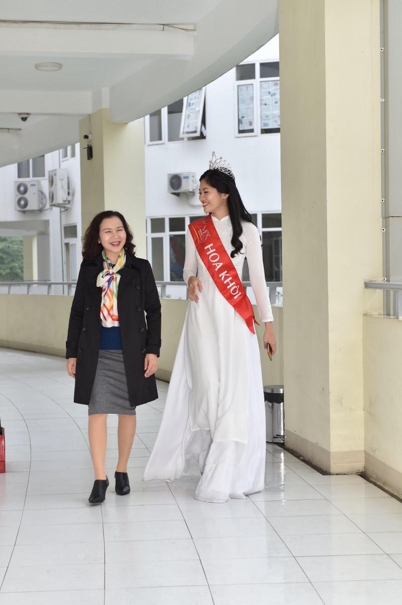 Hoa khôi Vũ Hương Giang gặp lại cô giáo chủ nhiệm và trò chuyện cùng các thầy cô đã từng dạy dỗ mình