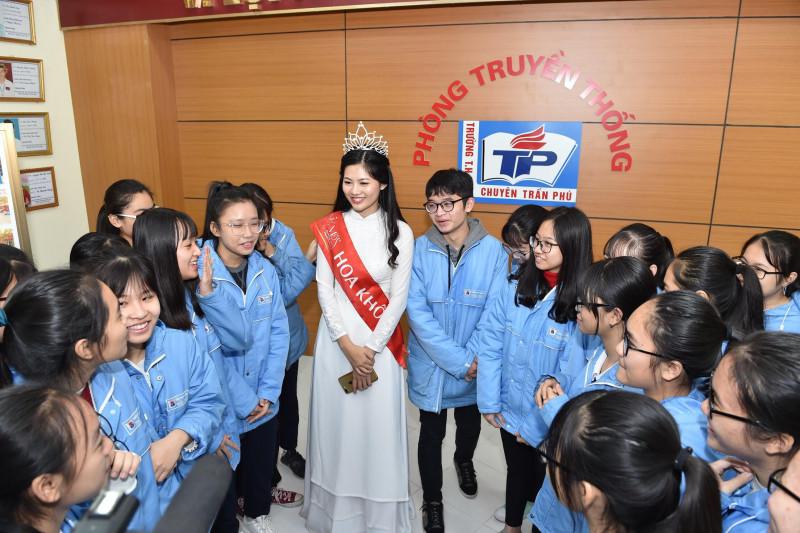 Vũ Hương Giang đã có buổi giao lưu cùng các em học sinh lớp 10 Văn tại phòng truyền thống của nhà trường để giới thiệu về thành tích học tập, hoạt động của trường với tư cách một người chị đi trước.