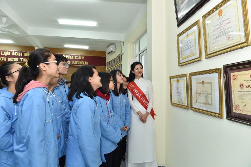 Cô cũng đưa ra những lời khuyên về đặc thù của lớp chuyên Văn và thổi vào các em niềm tự hào về trường.