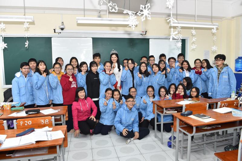 Ngoài ra, Miss Photo 2017 cũng đến thăm và động viên các em học sinh khối 12 tăng tốc học tập và bình ổn tâm lý cho kỳ thi THPT quốc gia trong nửa năm tới.