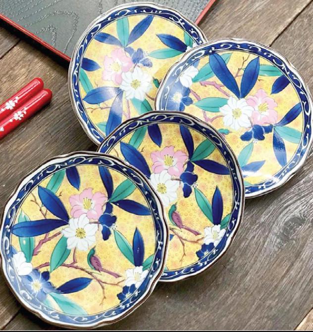 Bộ đĩa đựng, in những chùm hoa đón chào năm mới, 160.000 đồng