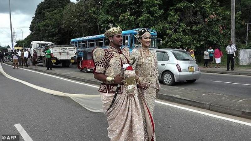 Sau đám cưới hoành tráng này, chiếc váy với tà sau dài hơn 3 km của cô dâu này đã xác lập kỷ lục là chiếc áo cưới dài nhất từng được một cô dâu mặc ở Sri Lanka.