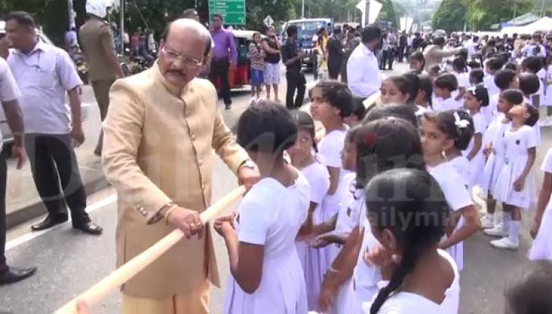 Được biết, tất cả các học sinh phục vụ lễ cưới đều học tại ngôi trường được đặt theo tên của lãnh đạo đứng đầu các tỉnh miền Trung là ông Sarath Ekanayaka. Chính ông này là khách mời đặc biệt tại đám cưới.