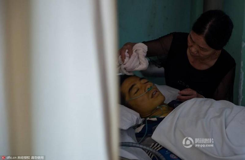 Anh Zhang Lin ở thành phố Chu Châu, tỉnh Hồ Nam (Trung Quốc) từng có một gia đình hạnh phúc bên người vợ hiền và 2 con gái ngoan 13 và 6 tuổi. Cuộc sống bình yên của anh đảo lộn kể từ hồi tháng 5 vừa rồi, khi anh bất ngờ thấy đau bụng dữ dội, cơn đau đó nhanh chóng lan ra khắp toàn thân.  Cảm thấy có chuyện không ổn, anh lập tức đến bệnh viện kiểm tra. Anh đã sốc khi mình mắc bệnh ung thư túi mật giai đoạn cuối và không có nhiều cơ hội cứu chữa. Những phương pháp chữa trị ở viện chỉ có thể kéo dài cuộc sống của anh thêm một thời gian ngắn và giúp anh bớt đau đớn hơn. Nhưng anh vẫn giữ niềm tin có thể chiến thắng bệnh tật.