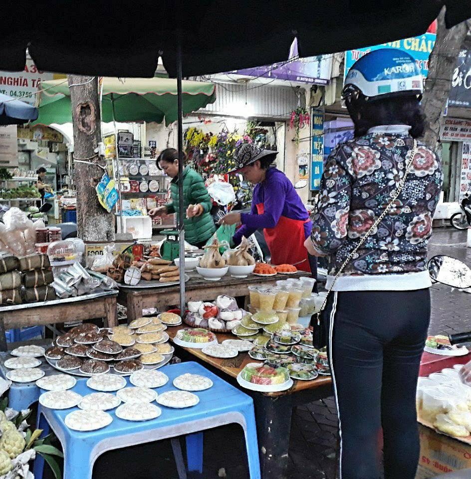 Những món ngọt phục vụ cho mâm lễ cúng chay như xôi, chè kho, bánh trôi, bánh chay luôn đắt khách từ sáng sớm.