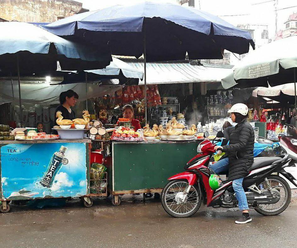 Đây là hình ảnh quen thuộc tại nhiều khu chợ trong sáng ngày rằm tháng Giêng, với rất nhiều món đồ lễ đã chế biến sẵn để phục vụ những người nội trợ bận rộn.